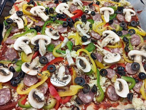 Pizza cu de toate si blat pufos, reteta romaneasca