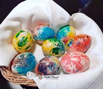 Oua vopsite cu colorant alimentar si servetele