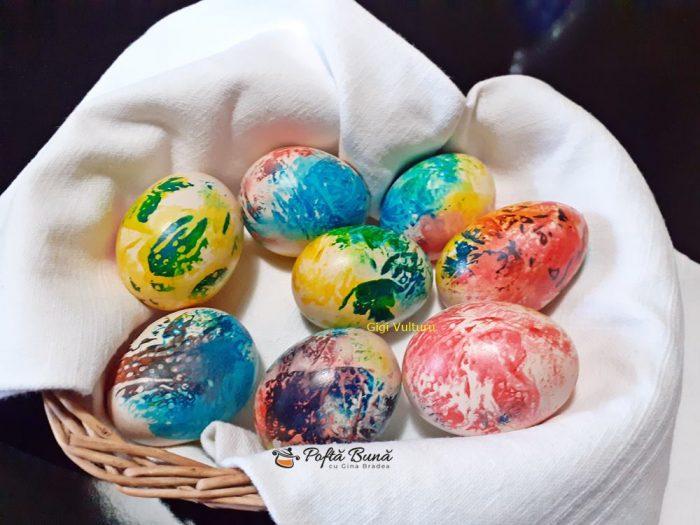 oua vopsite cu colorant alimentar si servetele oua marmorate 1 700x525 - Oua vopsite cu colorant alimentar si servetele