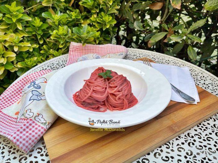 Spaghete cu crema de sfecla rosie si branza