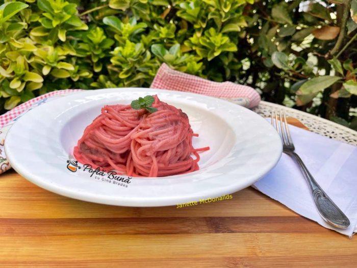 spaghete cu crema de sfecla rosie si branza 3 700x525 - Spaghete cu crema de sfecla rosie si branza
