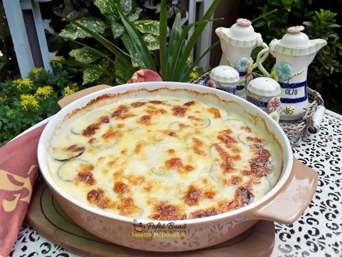 Musaca de dovlecei cu sos bechamel si mozzarella