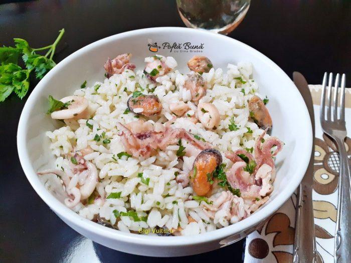 Salata de orez cu fructe de mare