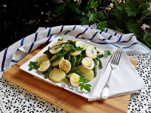 Salata cu cartofi, fasole pastai si oua