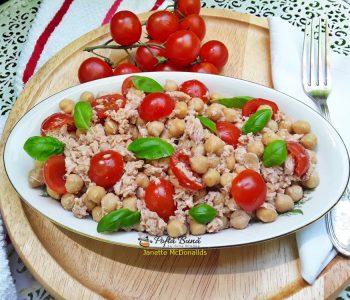 Salata cu naut, ton si rosii cherry