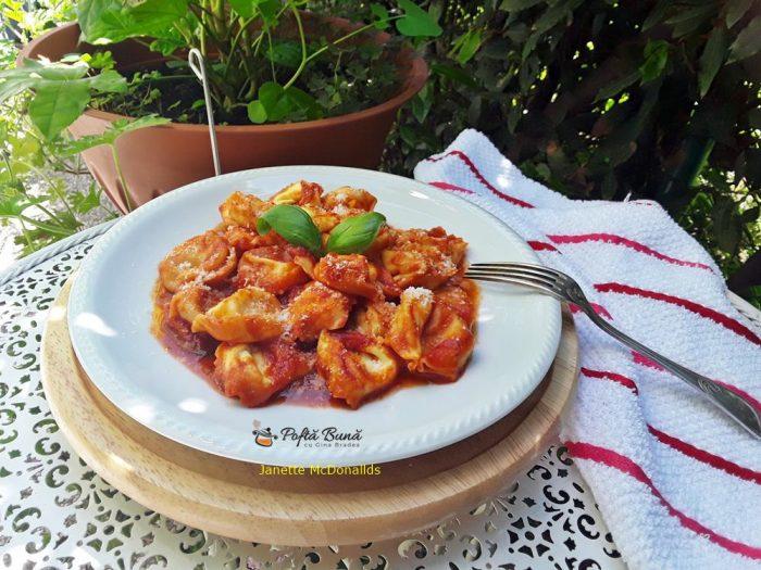 tortellini cu sos de rosii 3 700x525 - Tortellini cu sos de rosii