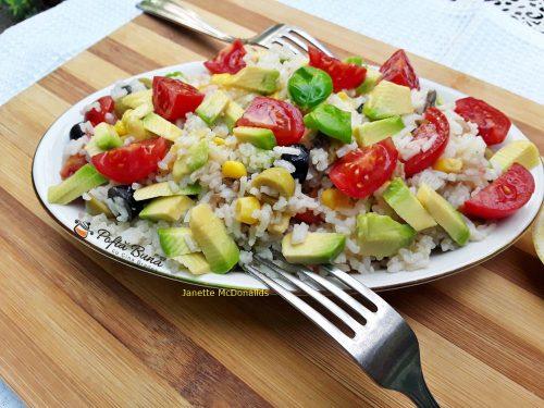 Salata cu avocado, orez si legume