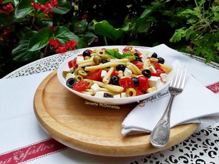 Salata cu paste, masline, feta si rosii cherry