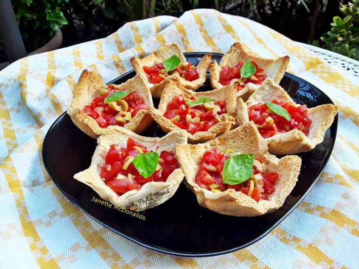 cosulete bruschete reteta de cosulete aperitiv 2 700x525 - Cosulete bruschete reteta de cosulete aperitiv
