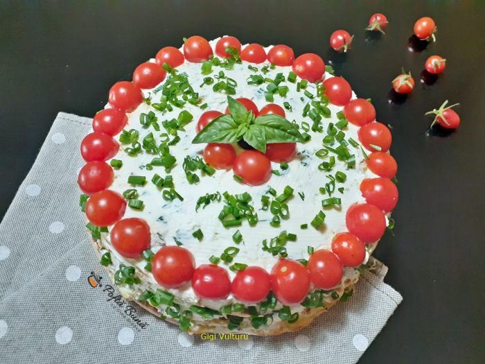 tort aperitiv cu dovlecei si crema de branza 1 700x525 - Tort aperitiv cu dovlecei si branza