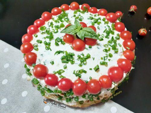 tort aperitiv cu dovlecei si crema de branza 2 500x375 - Aperitive din aluat foietaj, cascaval, ketchup si patrunjel