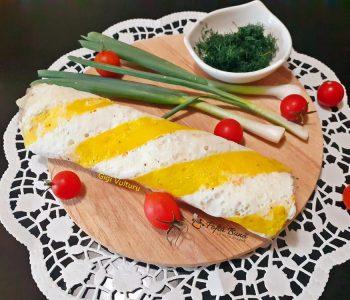 Omleta in doua culori umpluta cu bulgarasi de branza